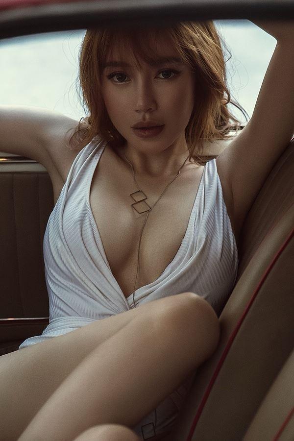 Elly Trần, gái 2 con chăm khoe ảnh sexy nhất showbiz Việt