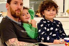 """Sao bóng đá mùa dịch Covid-19: Messi bế con, Neymar """"tự sướng"""""""