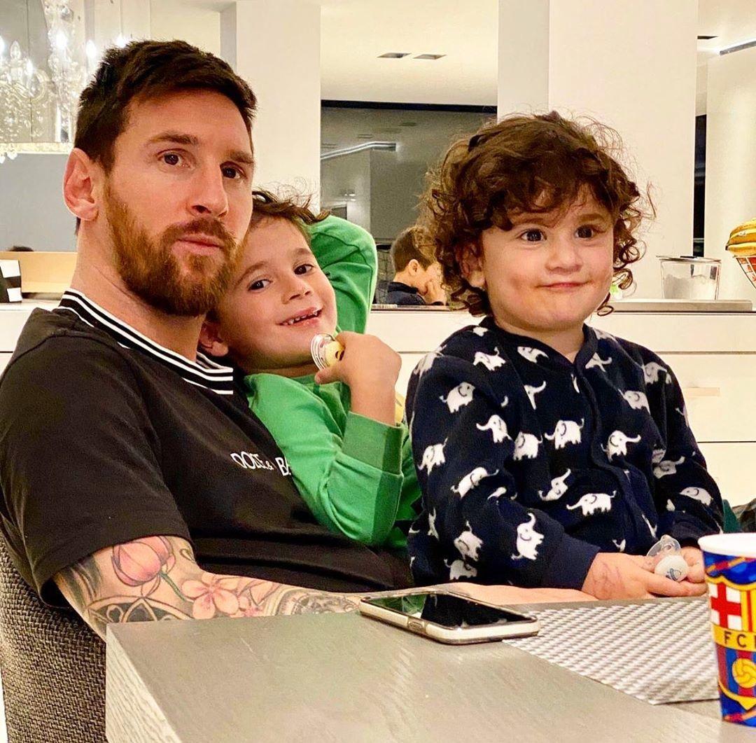Sao bóng đá mùa dịch Covid-19: Messi bế con, Neymar 'tự sướng'