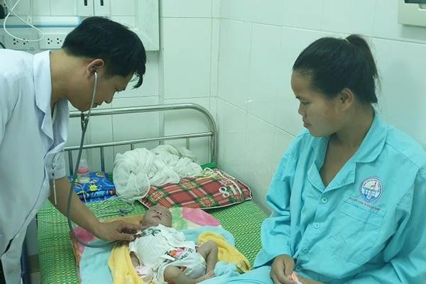 Trẻ sơ sinh suýt tử vong vì mẹ lấy tro bếp bôi vào rốn sau sinh