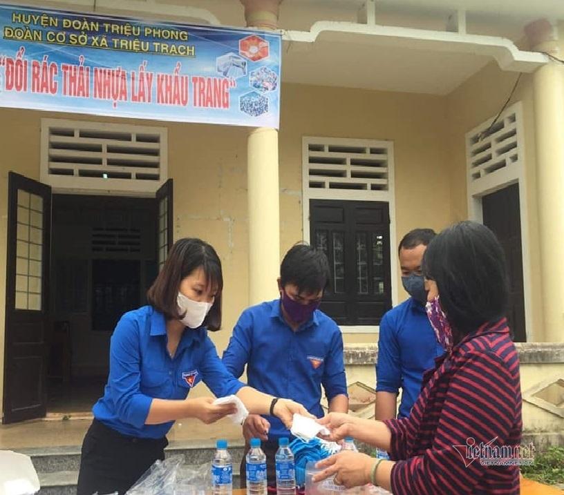 Thanh niên Quảng Trị đổi rác thải nhựa lấy khẩu trang phòng Covid-19
