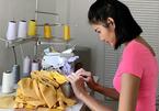 Hoàng Thùy tự tay may 300 khẩu trang vải phát cho người dân