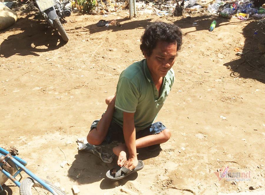 Người cha nuôi 2 con trong căn nhà 'chuồng gà' giữa Sài Gòn
