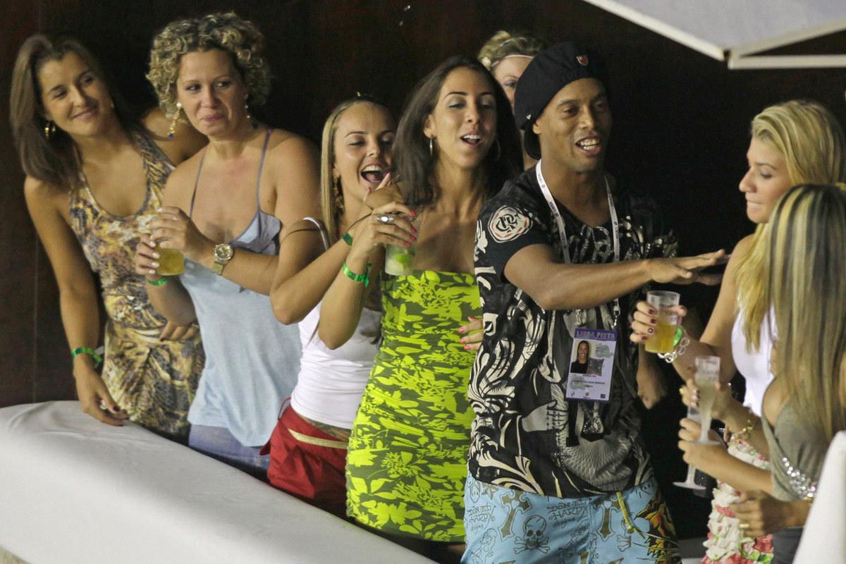 Ronaldinho: Từ vòng tay người đẹp đến lao tù