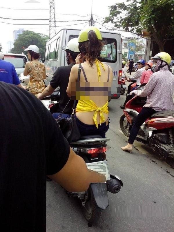 Trang phục của chị em trên phố khiến nhiều người 'nhức mắt'