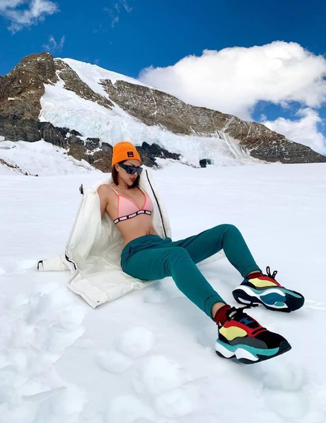 Phạm Hương nóng bỏng với bikini trên tuyết