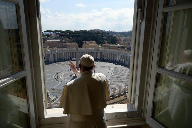 Giáo hoàng xuống phố vắng lặng, cầu nguyện cho người dân Italia