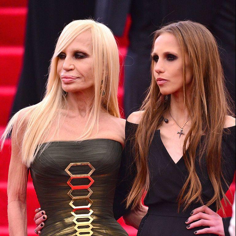 Mẹ con NTK Donatella Versace ủng hộ hơn 5 tỷ cho bệnh viện ở Ý