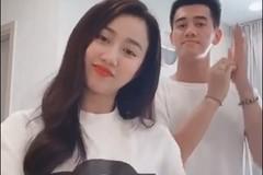 """Xem Tiến Linh và bạn gái xinh đẹp cover """"Ghen Cô Vy"""""""
