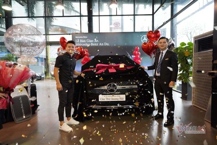 Quang Hải tậu xe Mercedes-Benz GLC300 mới giá 2,4 tỷ đồng