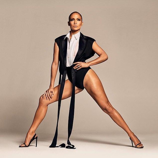 Jennifer Lopez quá gợi cảm ở tuổi 51