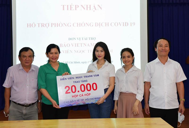 Trương Ngọc Ánh  tặng hơn 1.000 chai dung dịch sát khuẩn phòng Covid-19