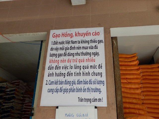 Bà chủ cửa hàng gạo khuyên khách không mua gạo tích trữ