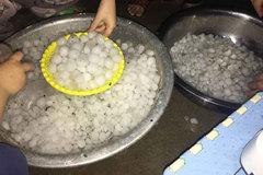 Mưa đá rải trắng đường, nguy cơ lũ quét, sạt lở ở 5 tỉnh phía Bắc