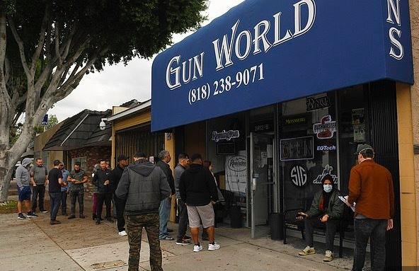 Người Mỹ hốt hoảng mua súng giữa nỗi lo dịch bệnh
