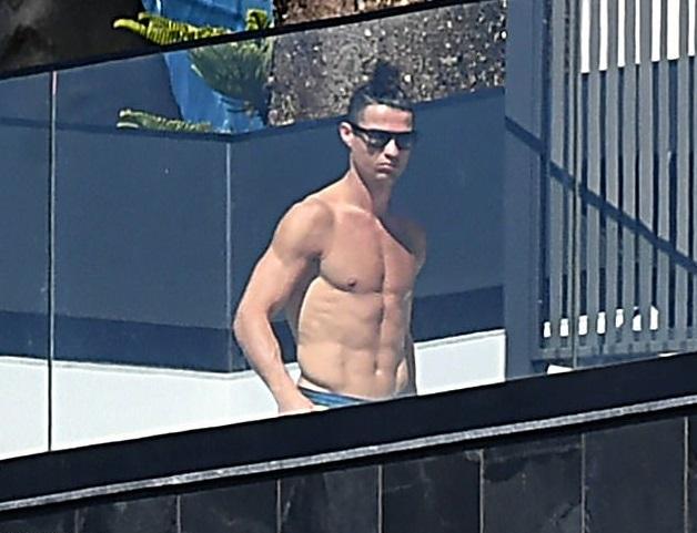 Ronaldo cởi trần ăn mừng gần Matuidi, người vừa nhiễm Covid-19