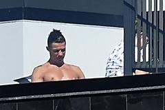 Ronaldo chán dịch Covid-19, dọn đến… làng chài ở