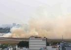 Máy bay nổ lốp, khói bốc nghi ngút bên trong sân bay Tân Sơn Nhất