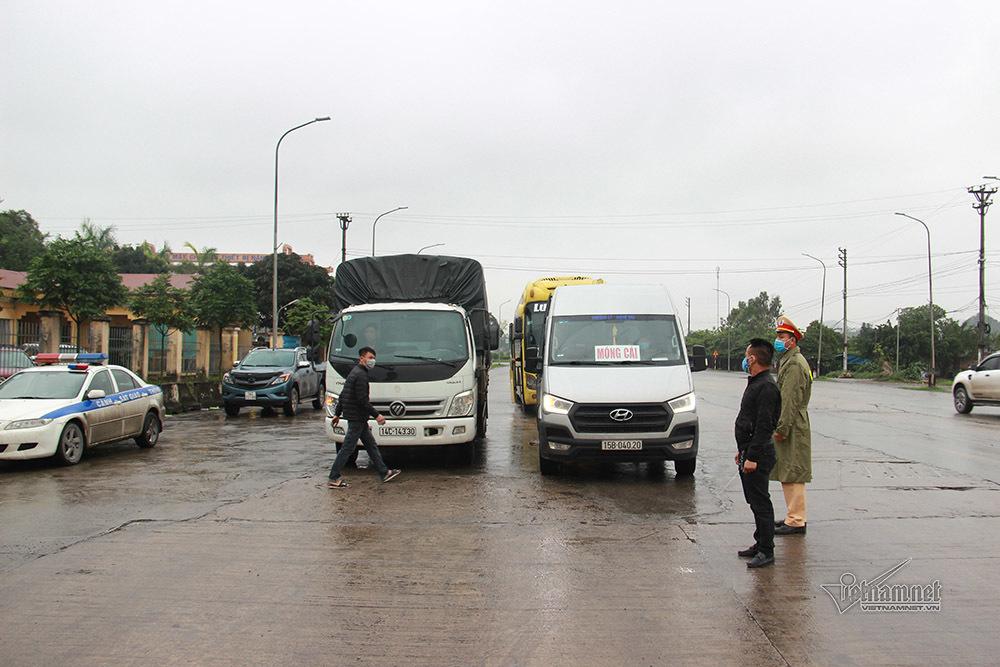 Quảng Ninh lập 8 chốt kiểm soát, đo thân nhiệt người vào tỉnh