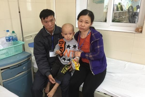Cha tật nguyền bất lực sợ không cứu được con trai ung thư