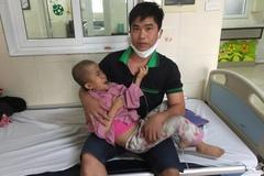Cha mang 2 khối u bất lực trước cảnh con gái bại não bị ung thư thận hiểm nghèo