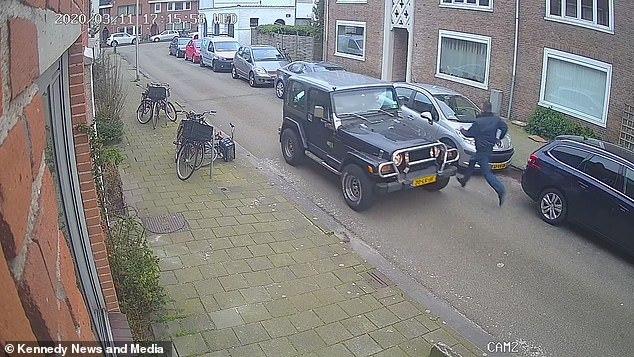 Quên kéo phanh tay, tài xế bất lực nhìn ôtô tông xe khác