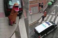 Bị bắt vì mặc đồ khủng long để 'lách luật' cách ly