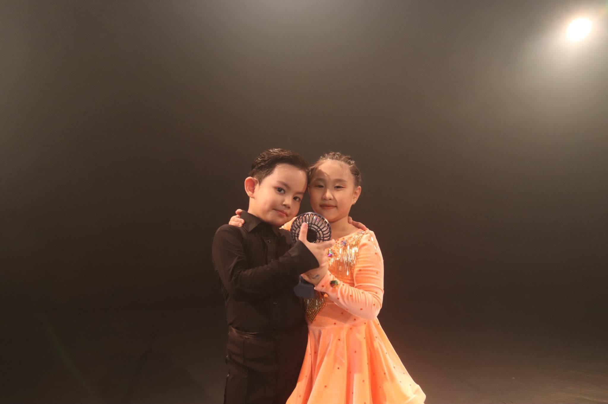 Mới 4 tuổi nhưng con trai Khánh Thi - Phan Hiển đã nhảy điêu luyện