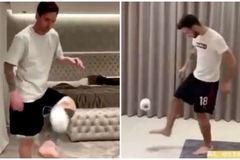 """Messi, Bruno Fernandes gây """"bão mạng"""" với thử thách tâng giấy vệ sinh"""