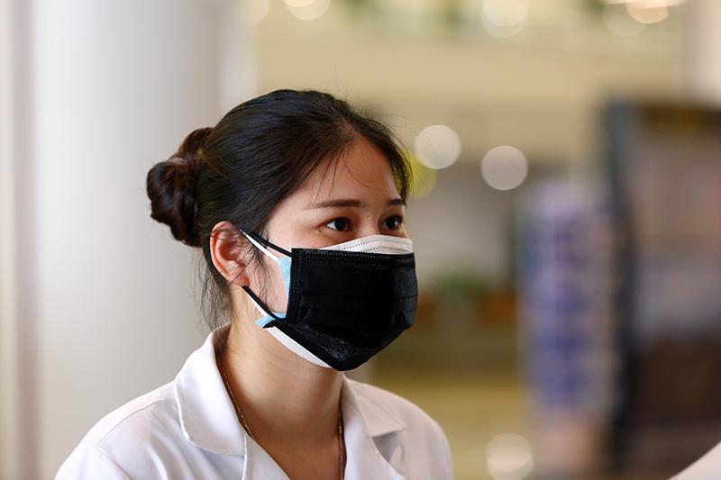 Tình huống khó xử và quyết định của nữ bác sĩ ở sân bay Nội Bài