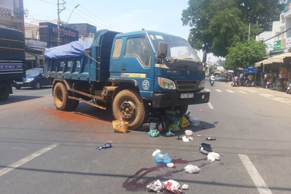 Ô tô tải cuốn xe máy vào gầm giữa phố, 1 phụ nữ tử vong