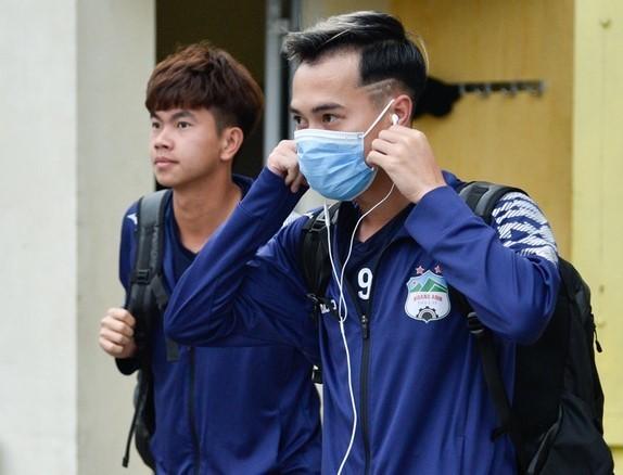 Vietnamese footballers help prevent COVID-19 pandemic