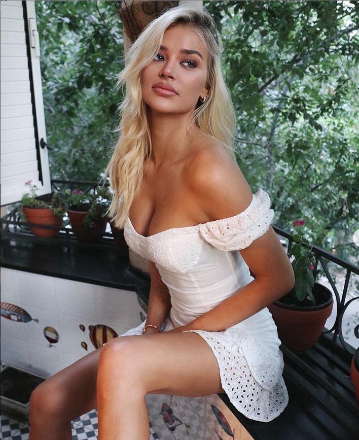 Cô bạn gái xinh đẹp khiến Jovic trốn cách ly Covid-19