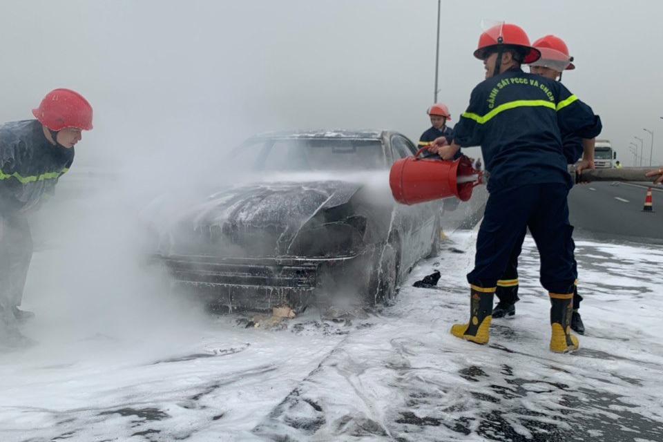 Xế hộp cháy trơ khung trên cao tốc Hạ Long - Hải Phòng