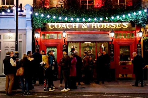 London giữa đại dịch, kệ siêu thị trống trơn, quán bar 'ních' người