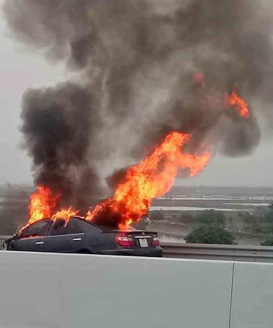 Xe Camry bốc cháy dữ dội trên cao tốc Hạ Long-Hải Phòng