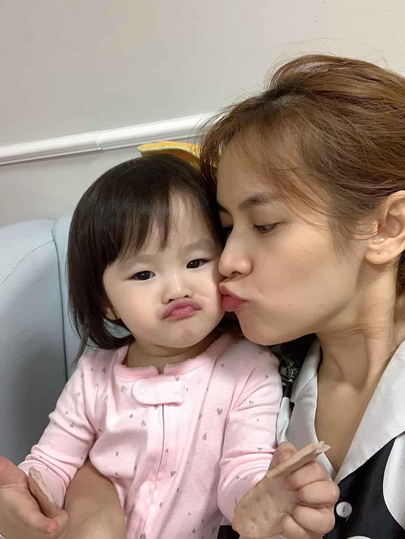 MC Thành Trung vừa bế con vừa hôn vợ cựu tiếp viên hàng không