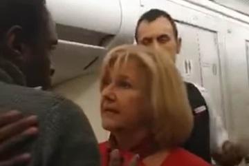 Hành khách nam tát nữ tiếp viên hàng không vì tranh cãi