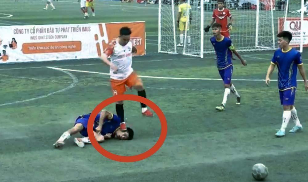 Chém gần lìa tay đối thủ vì mâu thuẫn khi đá bóng