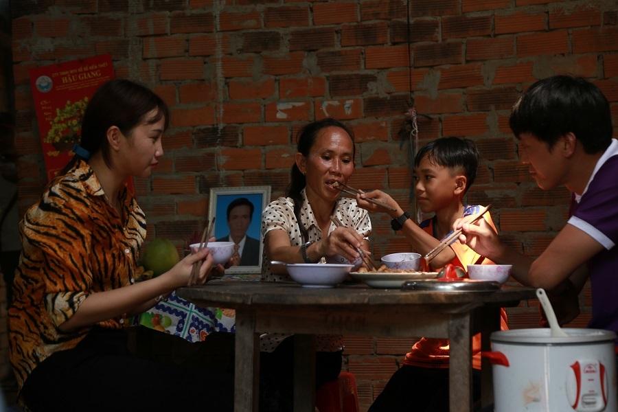 Vợ kém 10 tuổi ủng hộ Quách Ngọc Tuyên bán rau, làm ruộng