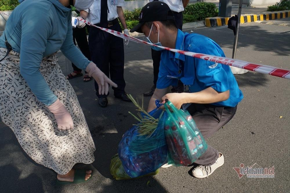 Cuộc sống trong khu chung cư 1.000 hộ dân bị cách ly ở Sài Gòn
