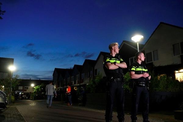 Hà Lan giam kẻ cố tình ho vào cảnh sát, Thái Lan bắt phụ nữ TQ nhổ bậy trên xe buýt