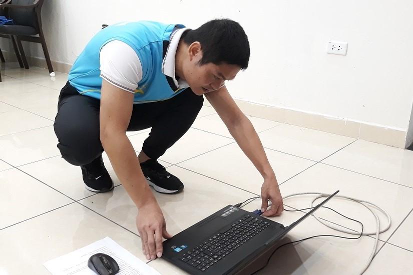 Thầy trò chào nhau qua màn hình máy tính, học thể dục ngay trong phòng