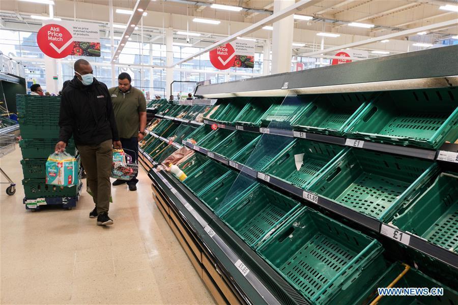 Hình ảnh dân Anh 'vét nhẵn' siêu thị trước lệnh đóng cửa do Covid-19 có hiệu lực