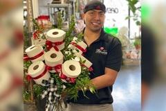 Chàng trai làm bó hoa từ giấy vệ sinh để tặng khách hàng