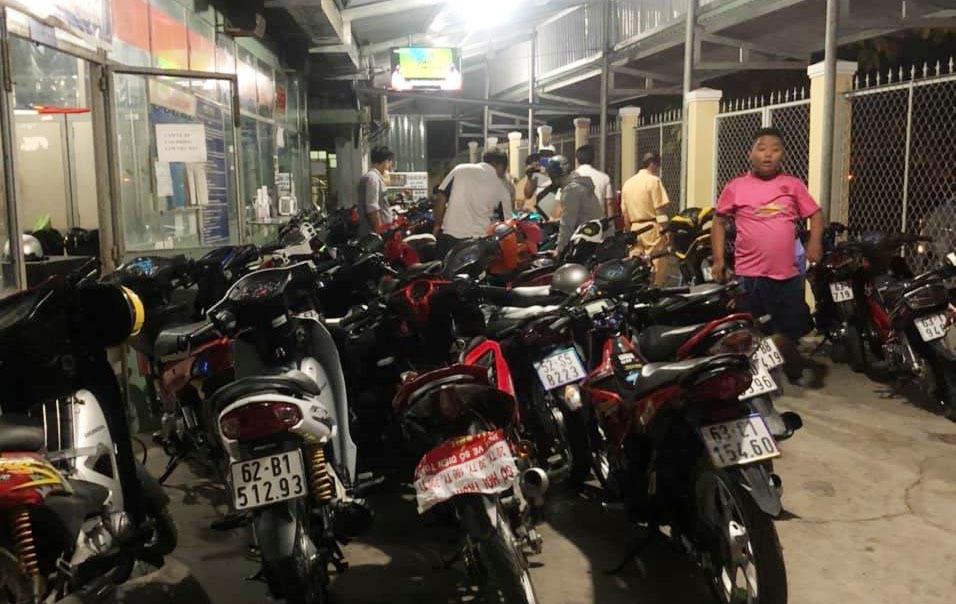 Cảnh sát chặn quốc lộ 1 bắt 62 nam nữ đua xe ở miền Tây