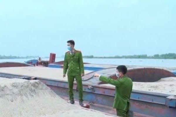 Đoàn tàu xuyên đêm chở cát lậu liên tỉnh bị bắt ở Hải Dương