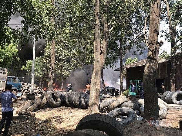 Cháy kho chứa lốp ô tô ở Bình Dương, cột khói đen cao hàng trăm mét