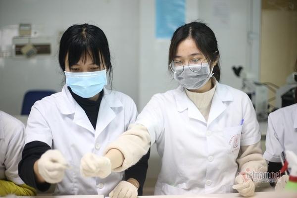 Sinh viên y xuyên đêm chống dịch: 'Mọi người đều vất vả, chúng em có sá gì'