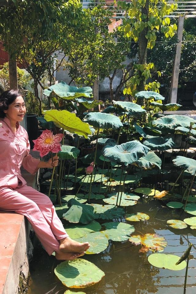 Vườn ao sen khiến chị Diễm rất thích thú
